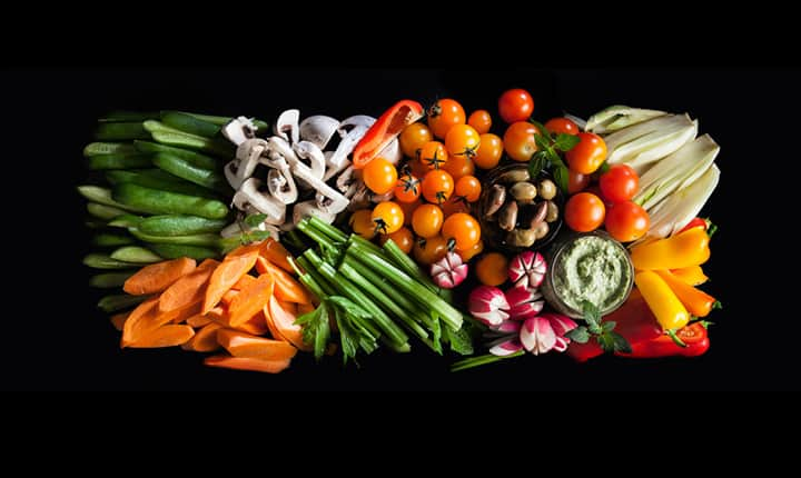 מגש ירקות טריים ומטבל