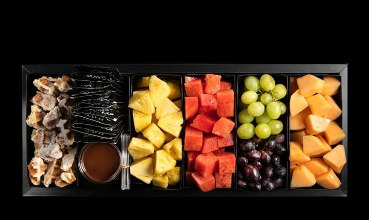 מגש פירות גדול עם וופל בלגי ורוטב שוקולד
