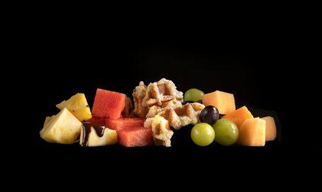 פירות העונה עם וופל בלגי ורוטב שוקולד